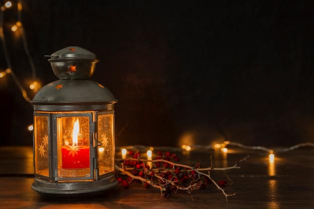 Disposizione con vecchia lampada e luci