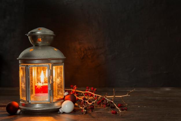 Disposizione con vecchia lampada e ramoscelli
