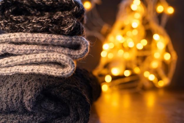 Disposizione con vestiti caldi e luci natalizie
