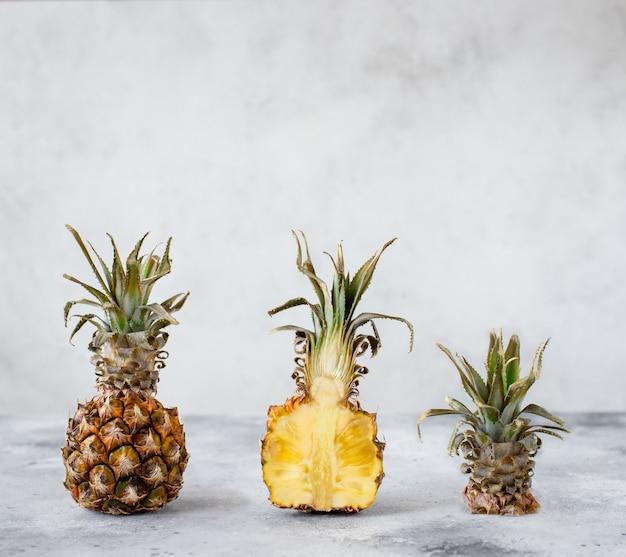 Disposizione creativa dell'ananas