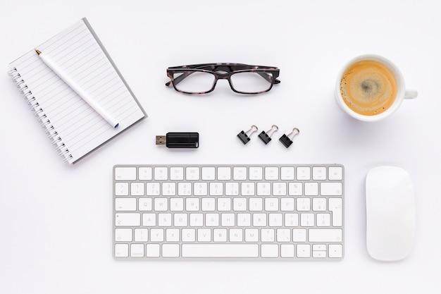 Disposizione creativa di affari di vista superiore su fondo bianco