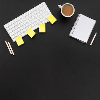 Disposizione creativa di affari su fondo nero