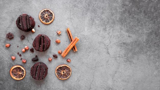 Disposizione creativa di deliziosi prodotti al cioccolato con spazio di copia