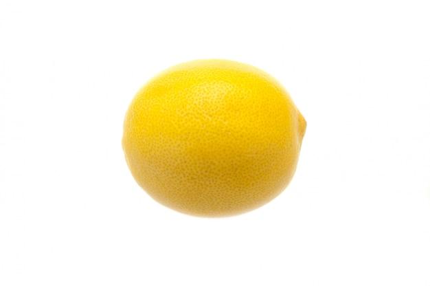 Disposizione creativa di un limone su una priorità bassa bianca.