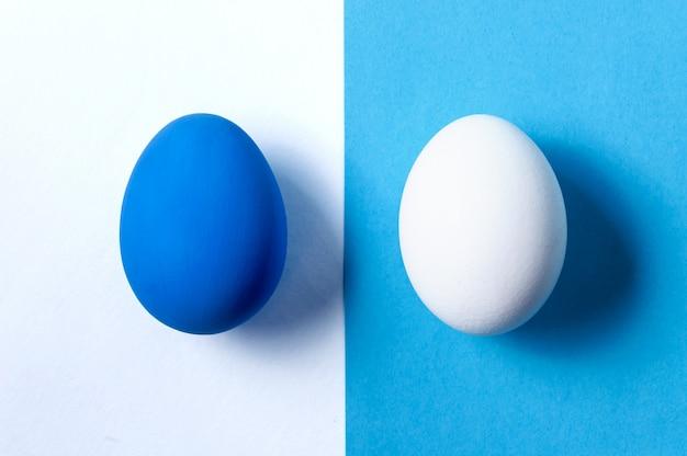 Disposizione creativa pasqua. concetto di minimalismo. colore alla moda dell'anno - blu classico. vista dall'alto.