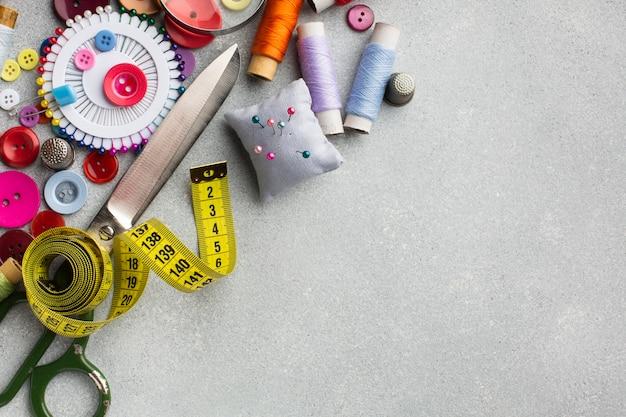 Disposizione degli accessori colorati per cucire vista dall'alto