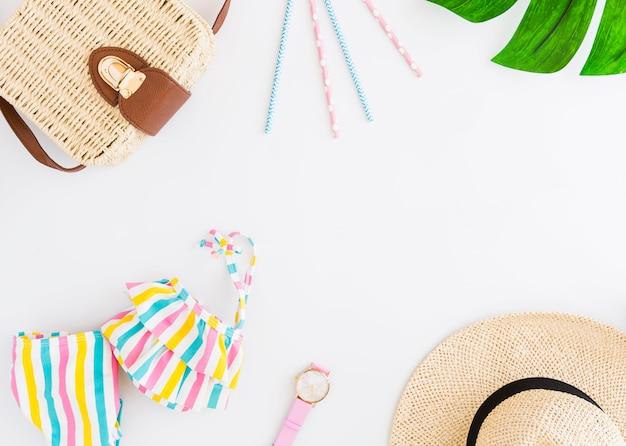 Disposizione degli accessori per le vacanze in spiaggia tropicale