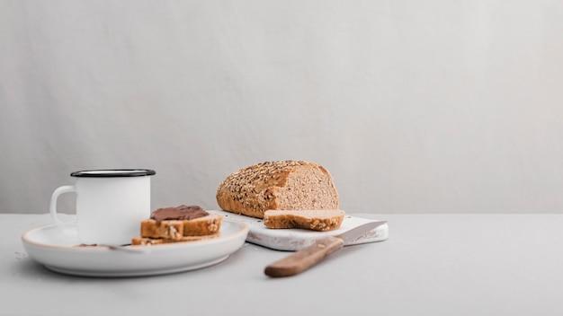 Disposizione degli alimenti con sfondo bianco