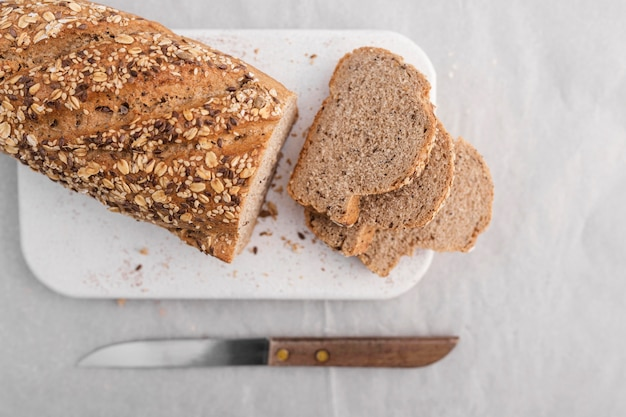 Disposizione degli alimenti con vista dall'alto di pane