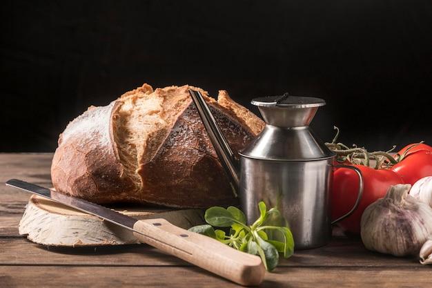 Disposizione degli alimenti sul tavolo di legno