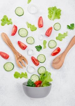 Disposizione degli ingredienti dell'insalata su fondo bianco