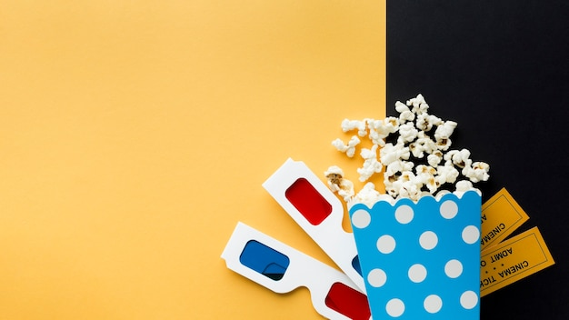 Disposizione degli oggetti del cinema su sfondo bicolore con spazio di copia