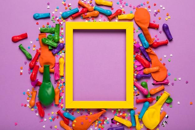 Disposizione degli oggetti festivi con cornice gialla