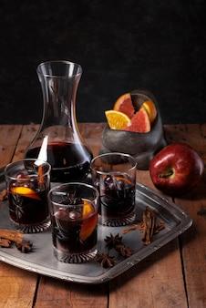 Disposizione dei bicchieri di vino su un vassoio