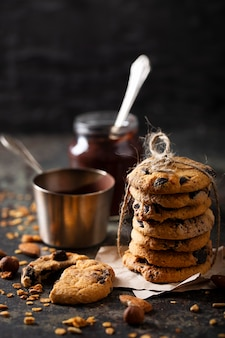 Disposizione dei biscotti al cioccolato vista frontale