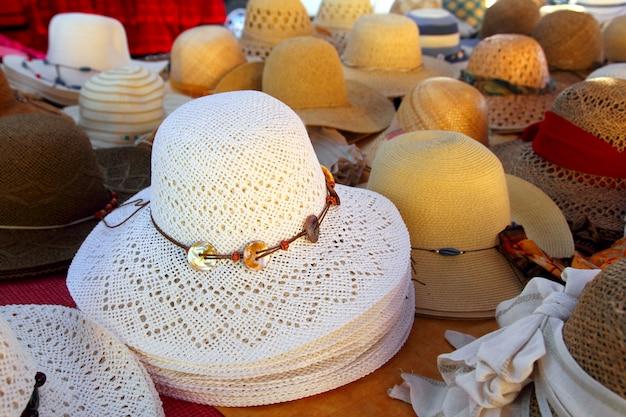 Disposizione dei cappelli sulla bottega artigianale del mercato