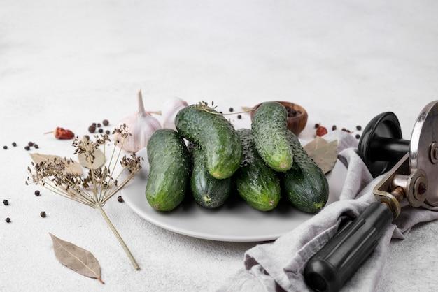 Disposizione dei cetrioli sul piatto bianco