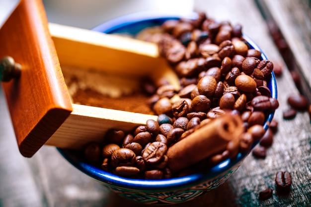 Disposizione dei chicchi di caffè del primo piano