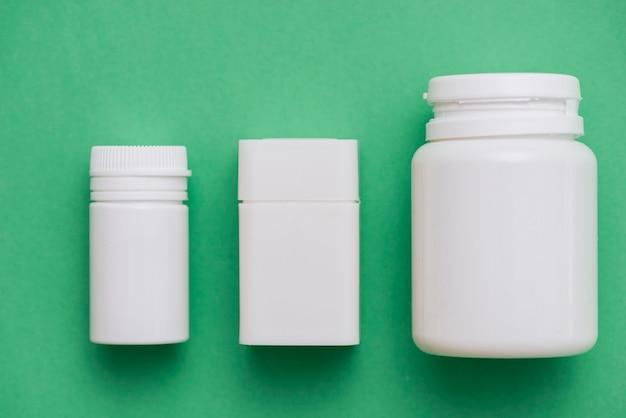 Disposizione dei contenitori di pillole bianche