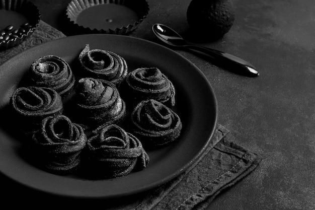 Disposizione dei deliziosi piatti sul piatto scuro e sul tavolo