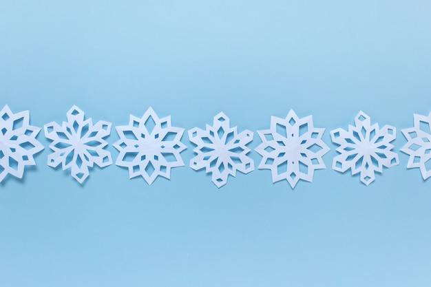 Disposizione dei fiocchi di neve su backgound blu