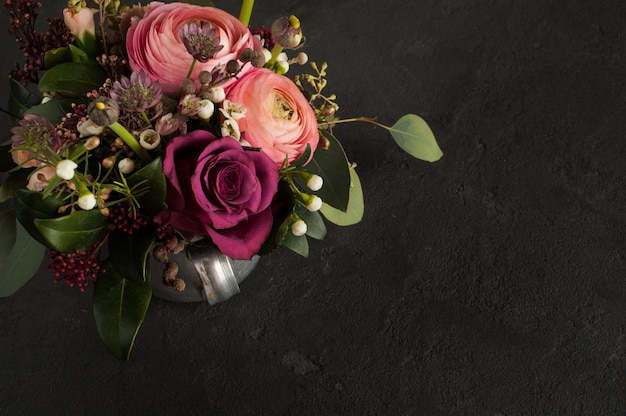 Disposizione dei fiori di rose e ranuncoli