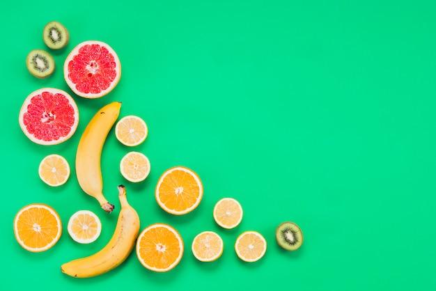 Disposizione dei gustosi frutti esotici a fette