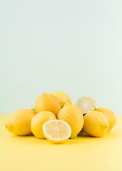 Disposizione dei limoni biologici sul tavolo