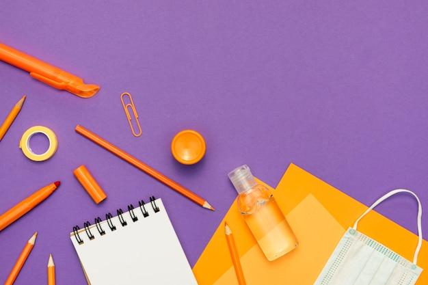 Disposizione dei materiali di consumo su sfondo viola