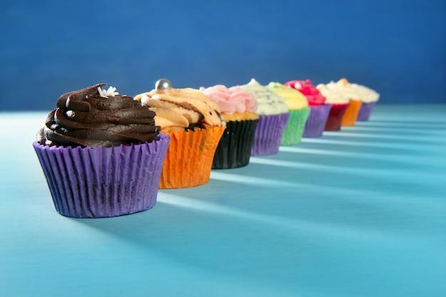 Disposizione dei muffin della crema variopinta dei cupcakes