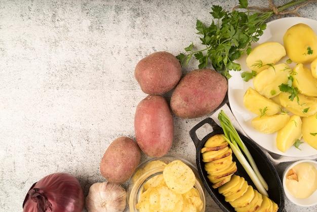 Disposizione dei piatti delle patate di vista superiore con lo spazio della copia