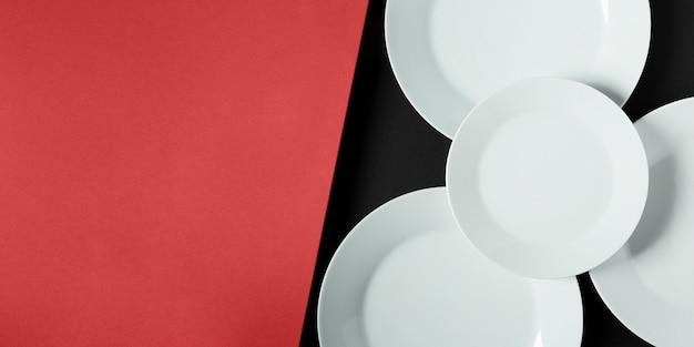 Disposizione dei piatti di diverse dimensioni con copia spazio