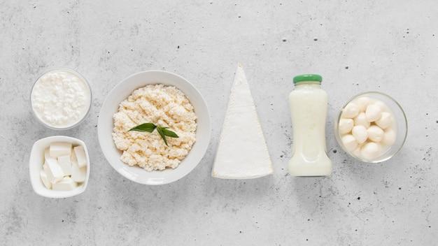 Disposizione dei prodotti lattiero-caseari vista dall'alto