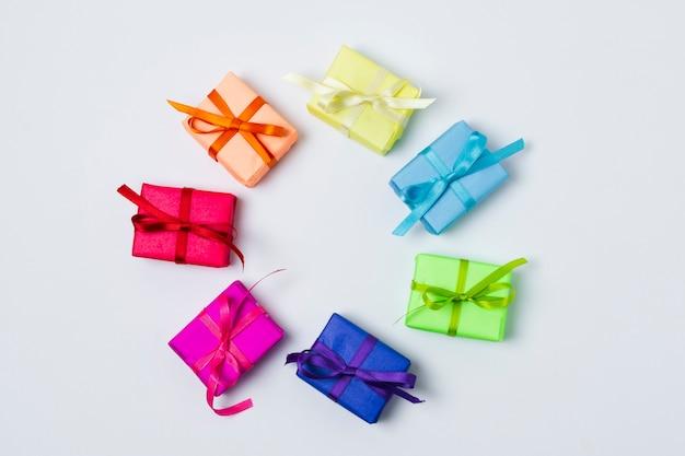 Disposizione dei regali arcobaleno piatto laici