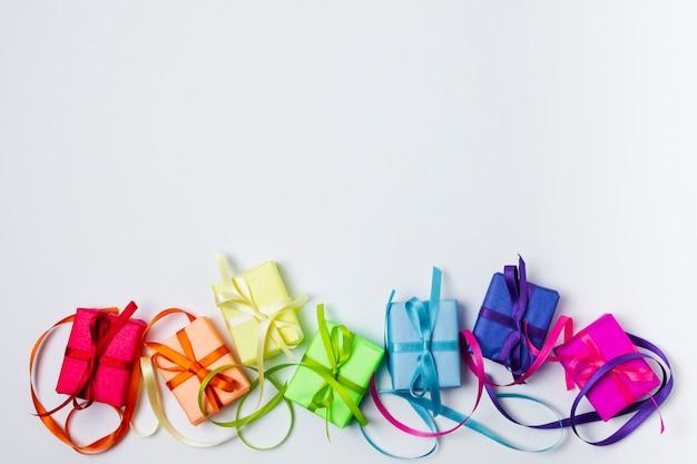 Disposizione dei regali arcobaleno piatto laico con spazio di copia