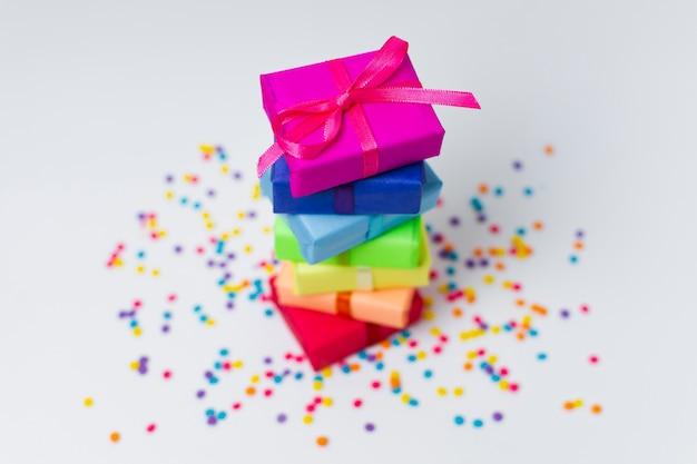 Disposizione dei regali dell'arcobaleno dell'angolo alto con lo spazio della copia