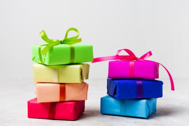 Disposizione dei regali dell'arcobaleno di vista frontale