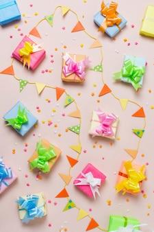 Disposizione dei regali di compleanno colorati