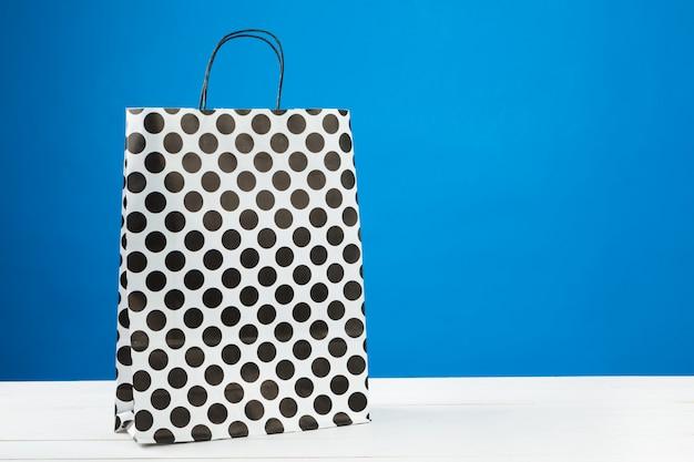 Disposizione dei sacchetti della spesa sul blu