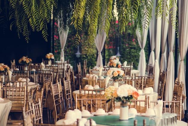 Disposizione dei tavoli da pranzo in stile vintage