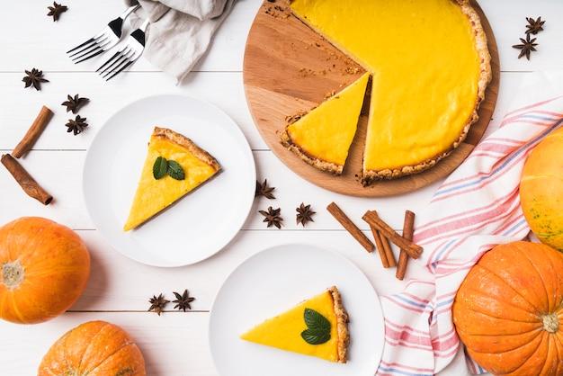 Disposizione del cibo vista dall'alto con torta