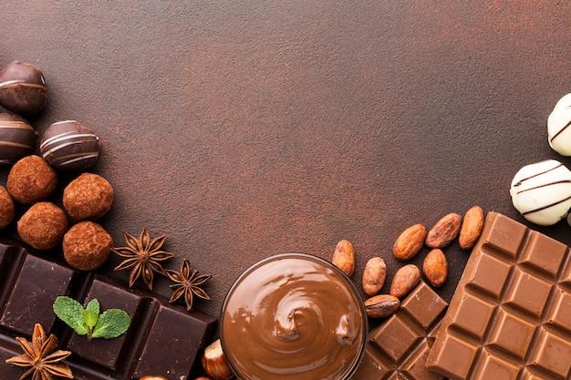 Disposizione del cioccolato delizioso copia spazio