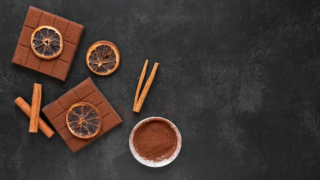 Disposizione del cioccolato vista dall'alto su sfondo scuro