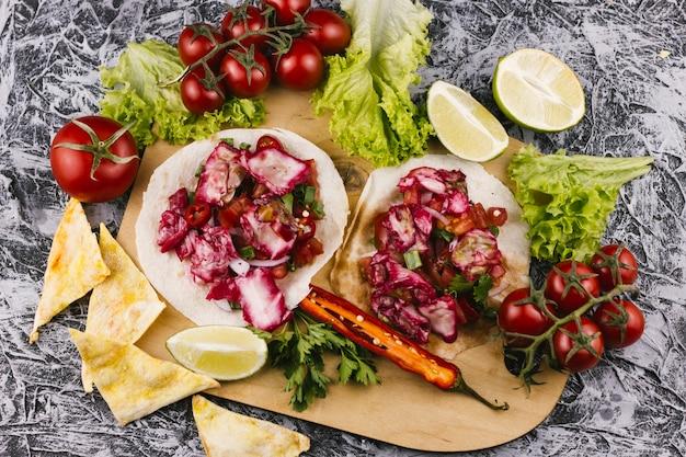 Disposizione del delizioso cibo messicano tradizionale
