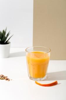 Disposizione del frullato arancione delizioso vista frontale