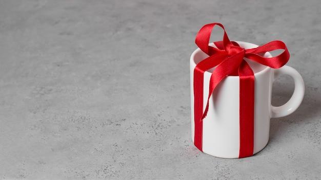 Disposizione del giorno del capo con regalo in tazza