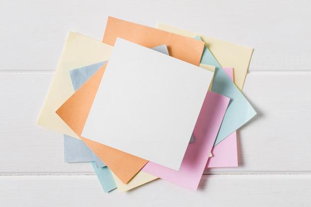 Disposizione del giorno del capo piatto laico con note adesive