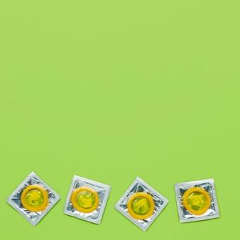 Disposizione del metodo di contraccezione con copia spazio su sfondo verde