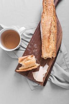 Disposizione del pane con una tazza di tè