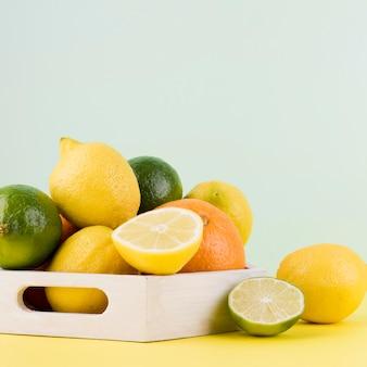 Disposizione del primo piano dei frutti organici